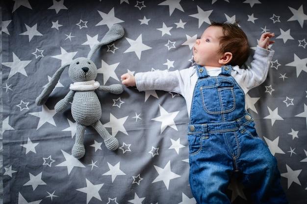 Star baby. dziecko leży z gwiazdami. nocne sny dziecka.
