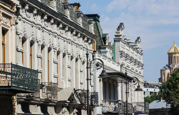 Stara architektura tbilisi z kopułą głównej katedry sameba