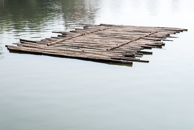 Stara bambusowa tratwa