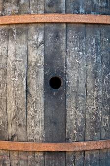 Stara beczka wykonana z drewna używanego do produkcji włoskiego wina