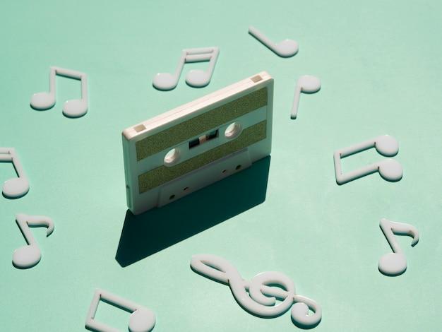 Stara biała kaseta w świetle z cieniem