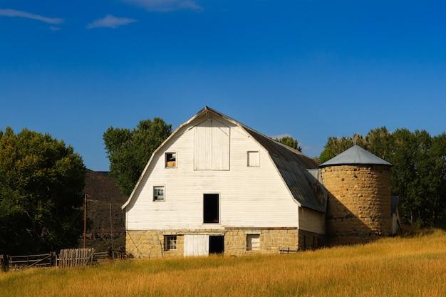 Stara biała stodoła w wyoming