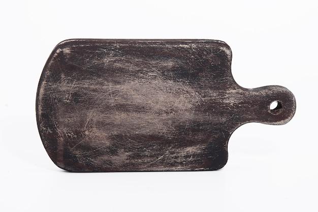 Stara brązowa porysowana deska do krojenia na białym tle