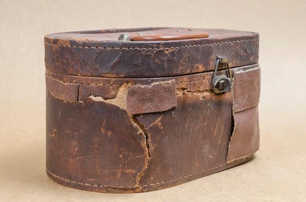 Stara brown rzemienna torba w brown rocznika tle