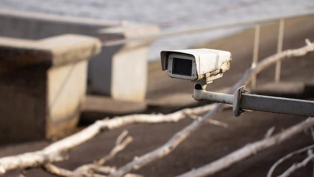 Stara brudna kamera cctv na strzeżonym terenie. nadbrzeże.