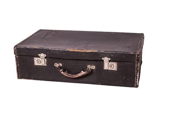 Stara brudna walizka na białym tle.