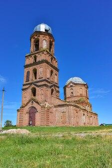 Stara cegła opuszczona cerkiew. opuszczony kościół we wsi