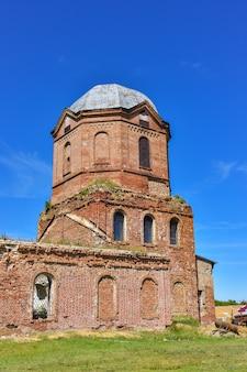 Stara Cegła Opuszczona Cerkiew. Opuszczony Kościół We Wsi Premium Zdjęcia