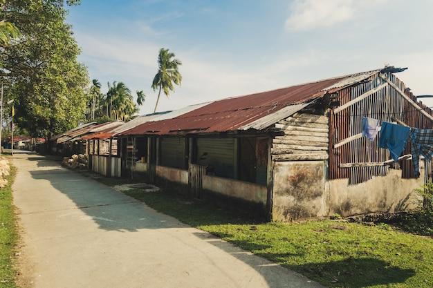 Stara chata dla biednych. ubóstwo jest problemem ludzkości. chata rybaków w tropikalnej wiosce nad oceanem w indiach