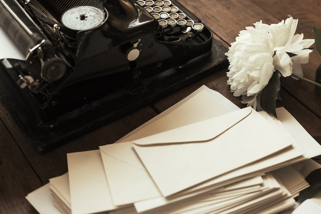 Stara czarna maszyna do pisania z papieru wartego na stole