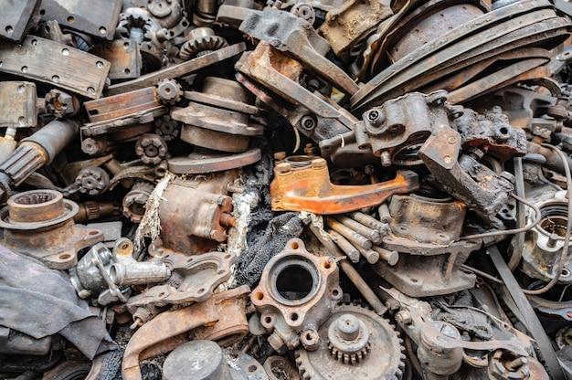 Stara część maszyny lub złom części. złom części usunięty z używanych samochodów i maszyn