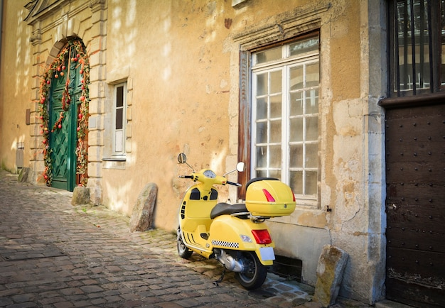Stara część miasta le mans. wąska ulica. sarthe, kraj loary, francja