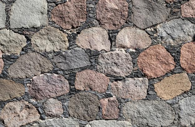Stara część muru z ogromnych kamieni i bruku oraz drobnego żwiru, zbliżenie