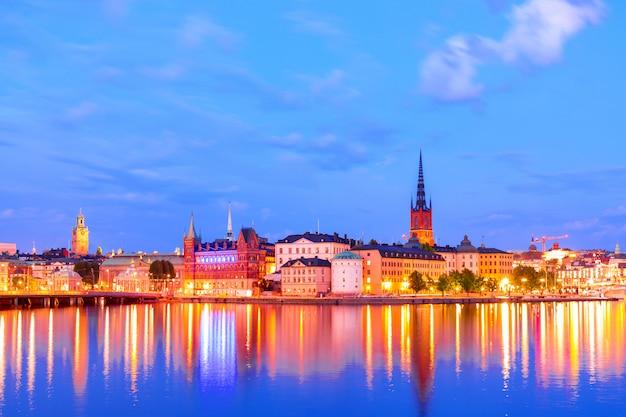 Stara część sztokholm gamla stan podczas mrocznego zmierzchu, szwecja.