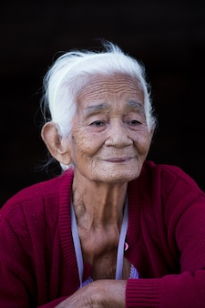 Stara dama na czarnych backgrouns