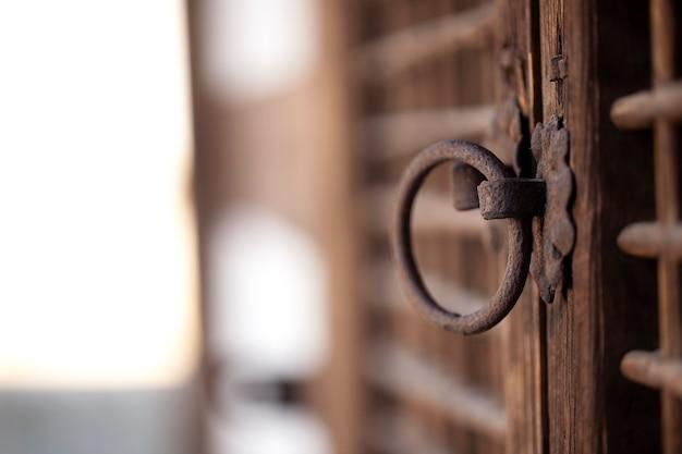 Stara drewniana klamka tradycyjnego koreańskiego domu