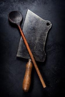 Stara drewniana łyżka i nóż tasak do mięsa