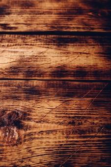 Stara drewniana powierzchnia z zadrapaniami i plamami