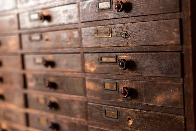 Stara drewniana szafka w stylu vintage, zbliżenie obrazu w pomieszczeniu