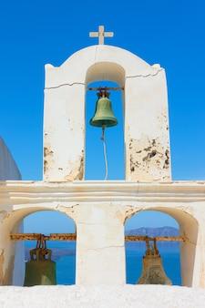 Stara dzwonnica greckiej cerkwi w santorini, grecja