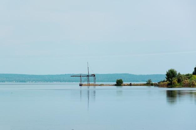 Stara elektryczna wciągarka rybacka na brzegu zatoki rzecznej. przemysł ekologiczny