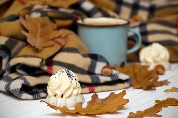 Stara filiżanka kawy z ciastem i dekoracjami