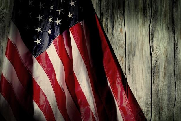 Stara flaga stanów zjednoczonych. stara flaga na drewnianym tle. przeszłe czasy nie powrócą. wiele przeszliśmy.