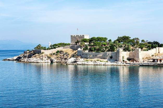 Stara forteca w morzu na słonecznym dniu przeciw jasnemu niebieskiemu niebu. piękny krajobraz.