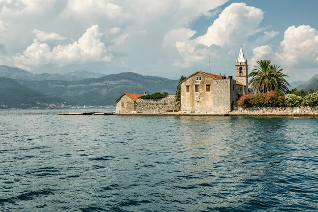 Stara forteczna wyspa na morzu w montenegro na słonecznym dniu. turystyka i podróże.