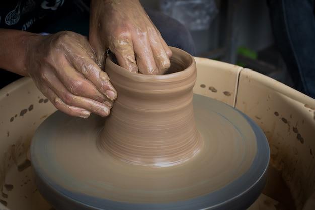 Stara garncarka tworzy nowego ceramicznego garnek
