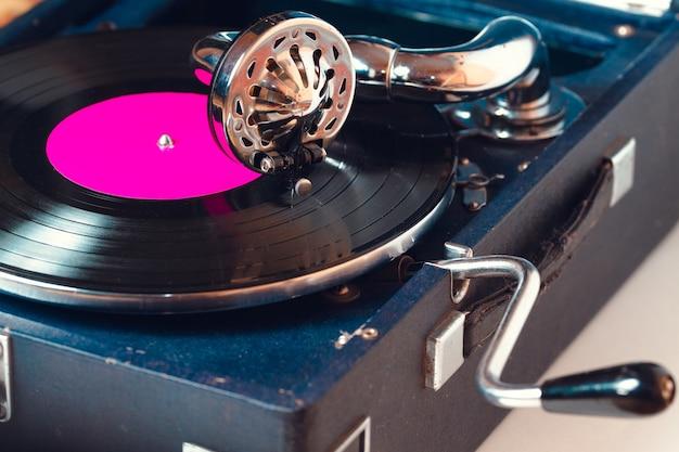 Stara gramofonowa igła gramofonowa na płycie