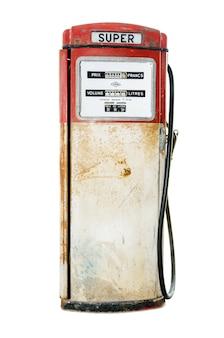 Stara i zardzewiała czerwona pompa paliwa na białym tle