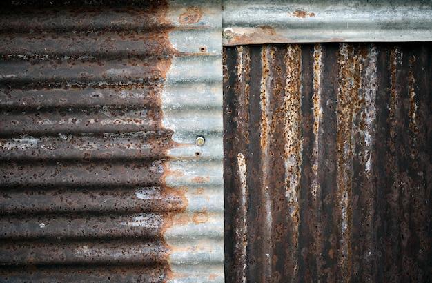 Stara i zardzewiała uszkodzona ocynkowana tekstura. tekstura starego zardzewiałego metalu z zadrapaniami i pęknięciami w tle, kolor stonowany.