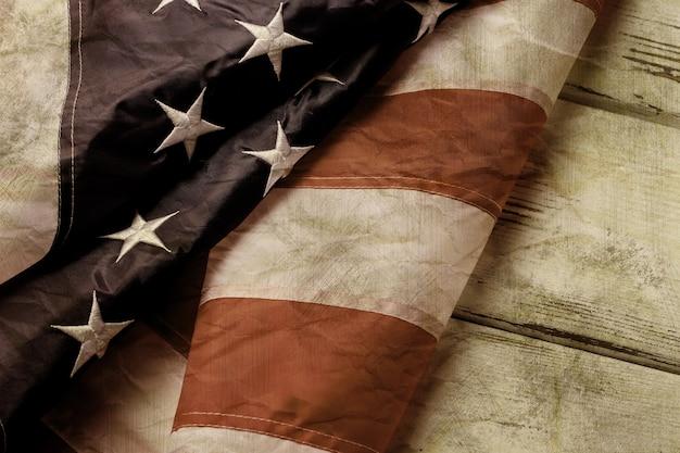 Stara I Zmięta Flaga Amerykańska. W Wieku Flaga Na Drewnianym Tle. Przeszliśmy Długą Drogę. Kraj O Silnych Tradycjach. Premium Zdjęcia