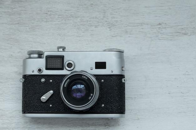Stara kamera filmowa na szarym tle, selektywne focus.