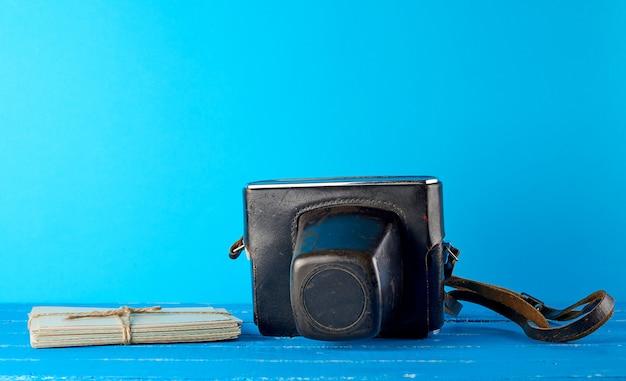Stara kamera filmowa w brązowym skórzanym etui