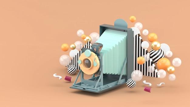Stara kamera unosi się wśród kolorowych piłek na brązie. renderowania 3d