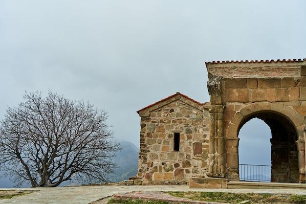 Stara kamienna forteca w górach.