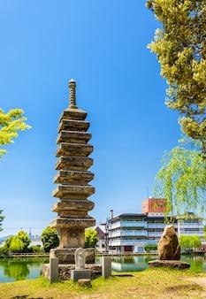 Stara kamienna pagoda nad stawem sarusawa-ike w nara w japonii