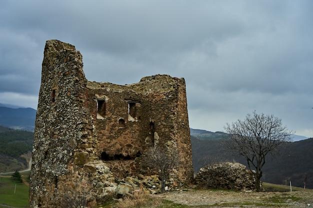 Stara kamienna twierdza w górach