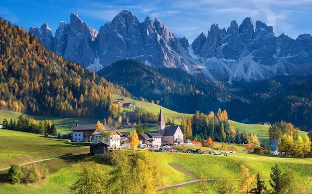 Stara kaplica santa maddalena val di funes jesienią grupa górska odle we włoszech