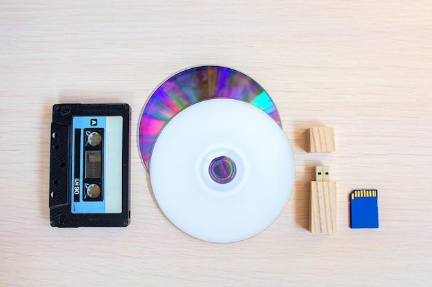 Stara kaseta rejestratora, pamięć usb i dyski kompaktowe z rzędu