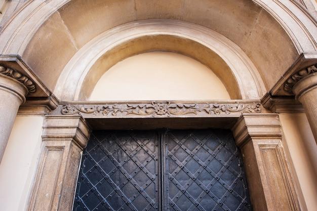 Stara klasyczna architektura stalowych drzwi z łukiem.