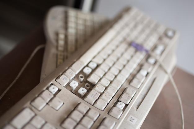 Stara klawiatura, luźny przycisk