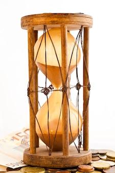 Stara klepsydra (wyprodukowana w indiach, xix wiek) z euro