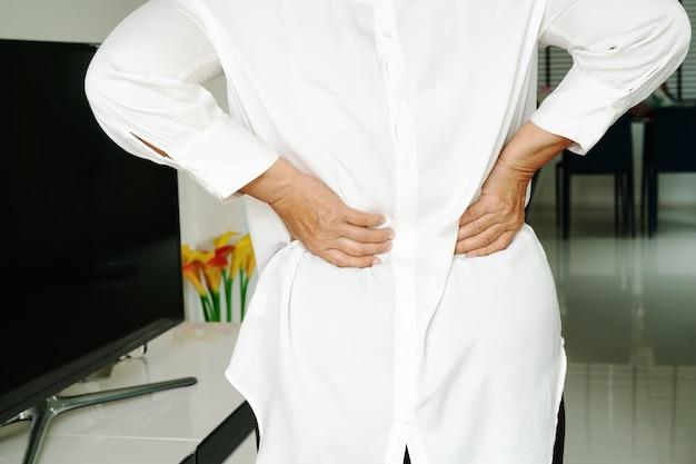 Stara kobieta ból pleców w domu, problem zdrowotny pojęcie