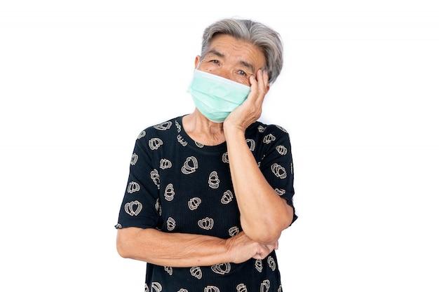 Stara kobieta jest ubranym maskowego strachu problem covid 19 i zanieczyszczenie powietrza na białym tle, zostaje w domu, opieki zdrowotnej pojęcie, nowa normalna.