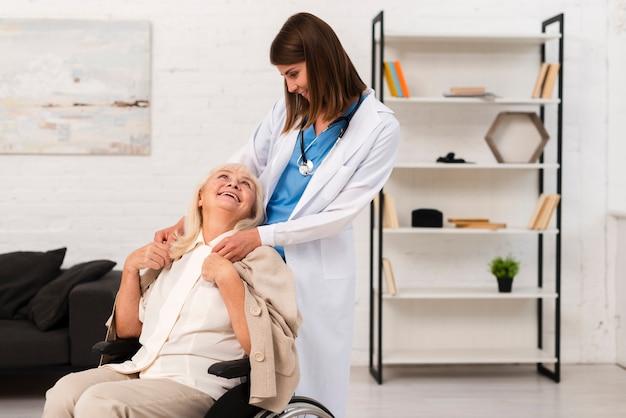 Stara kobieta patrzeje opiekuna