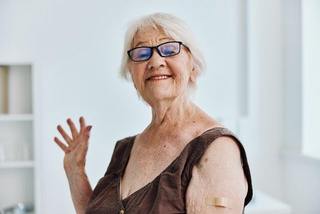 Stara kobieta ręka zastrzyk covid paszport opieka zdrowotna