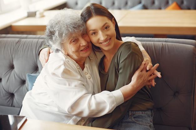 Stara kobieta w kawiarni z młodą wnuczką
